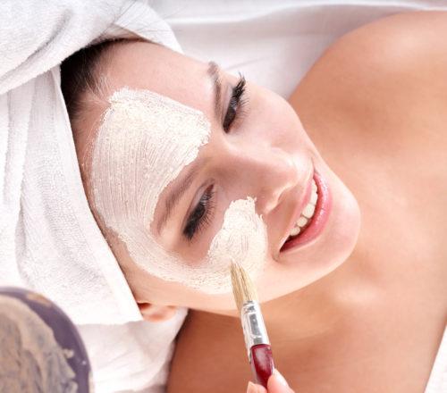 Очищение кожи с помощью профессионального пилинга лица в Киеве (медцентр Динос)